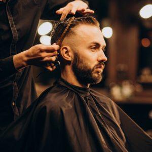 Salon de coiffure ou salon de beauté. Quel est le meilleur choix pour les hommes ?
